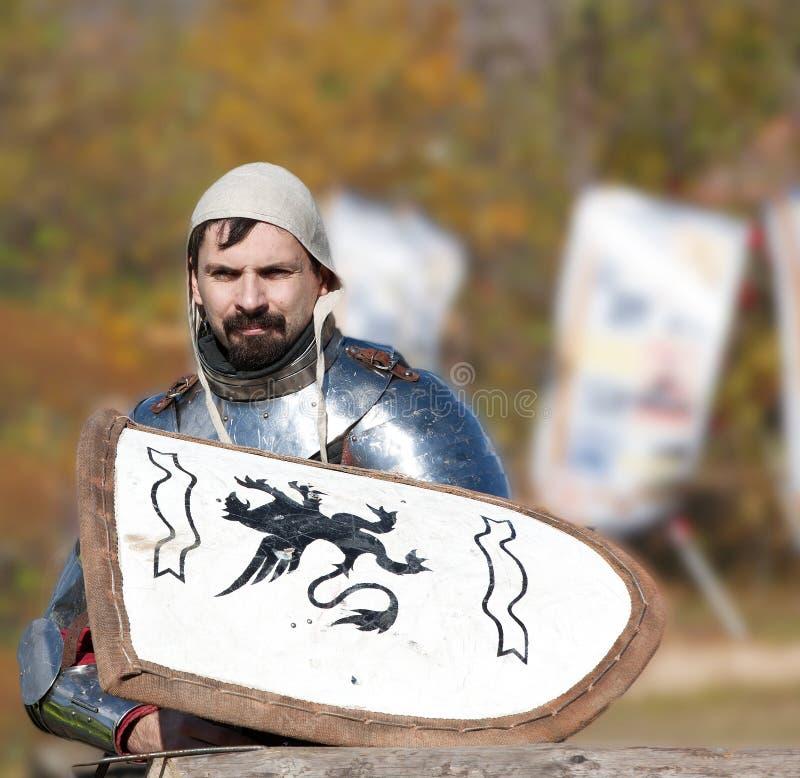 Cavaliere medievale in armatura senza una battaglia aspettante del casco immagine stock libera da diritti