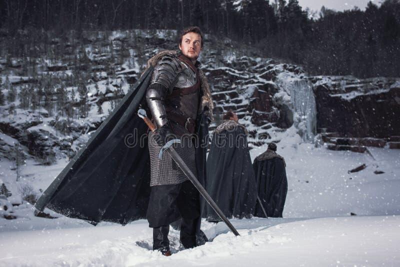Cavaliere medievale con la spada in armatura come gioco di stile del trono illustrazione vettoriale