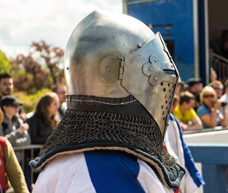Cavaliere medievale pronto per il combattimento immagini stock