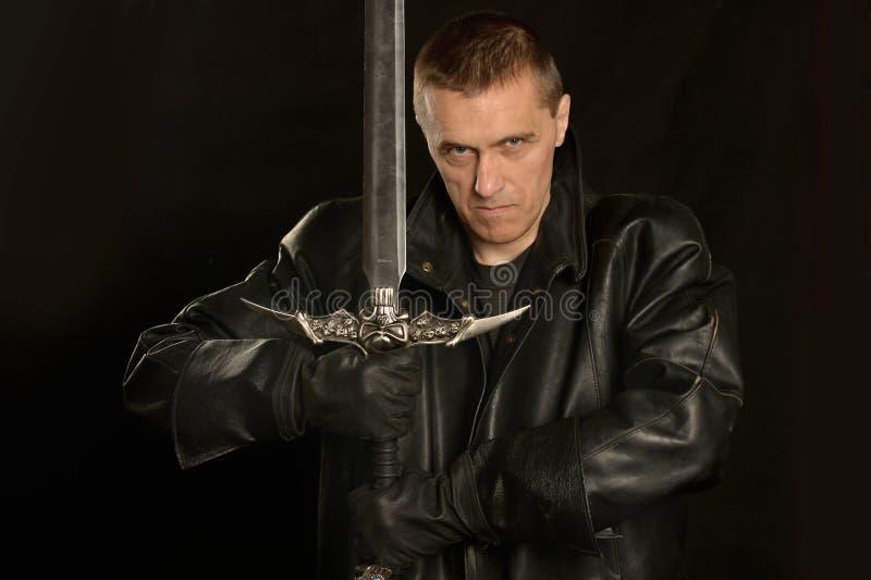 Cavaliere medievale su un buio fotografia stock