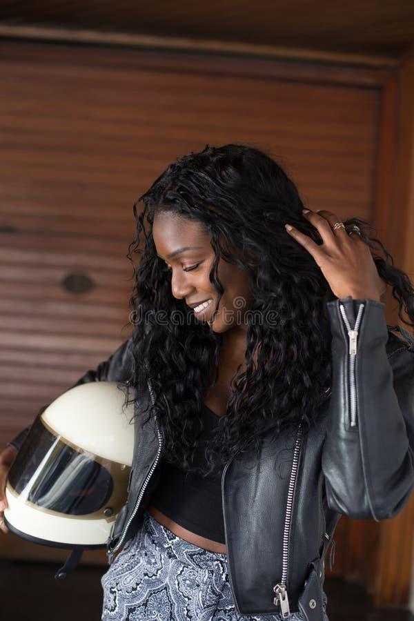 Cavaliere naturale afroamericano del motociclo di bellezza immagini stock