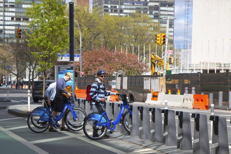 Cavaliere non identificato della bici che affitta la bici di Citi in Manhattan fotografie stock