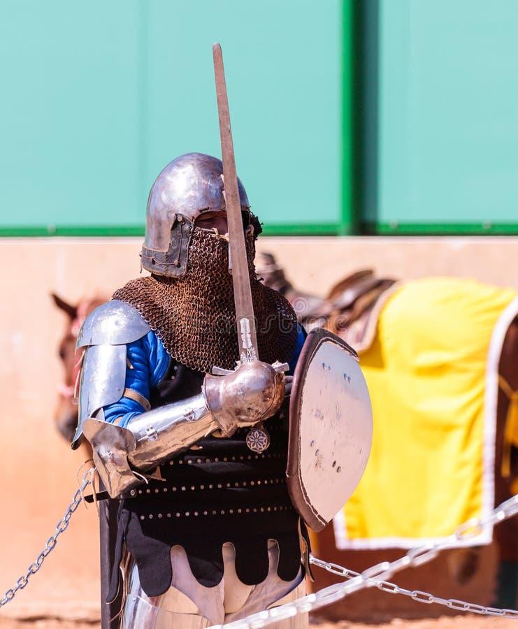 Cavaliere - un partecipante al festival del cavaliere sta sulla lotta aspettante della lista nel parco di Goren in Israele fotografia stock