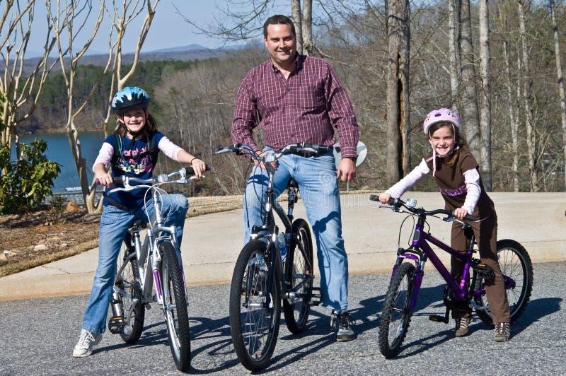 Cavalieri della bici delle figlie e del padre fotografie stock
