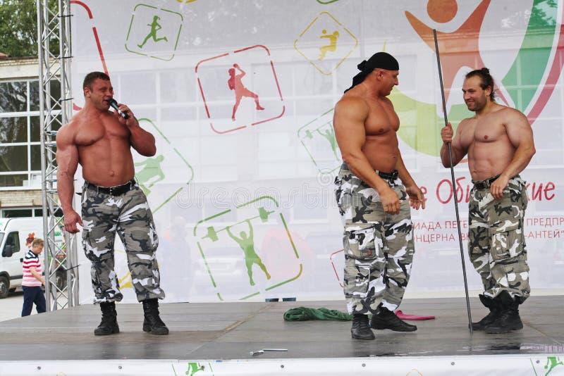 Cavalieri estremi del Russo di manifestazione della forza Mostri a culturisti gli atleti immagini stock libere da diritti
