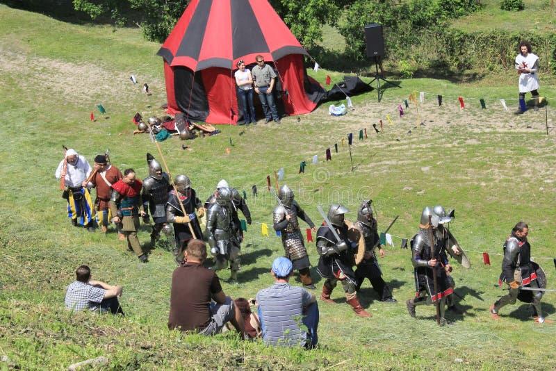 Cavalieri footed medioevali, lotta immagini stock
