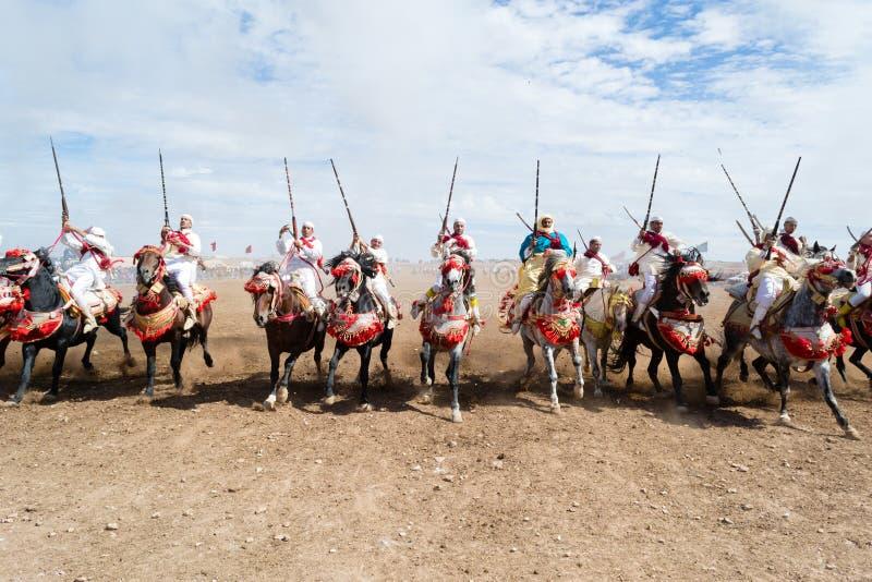Cavalieri marocchini del cavallo nella prestazione della fantasia