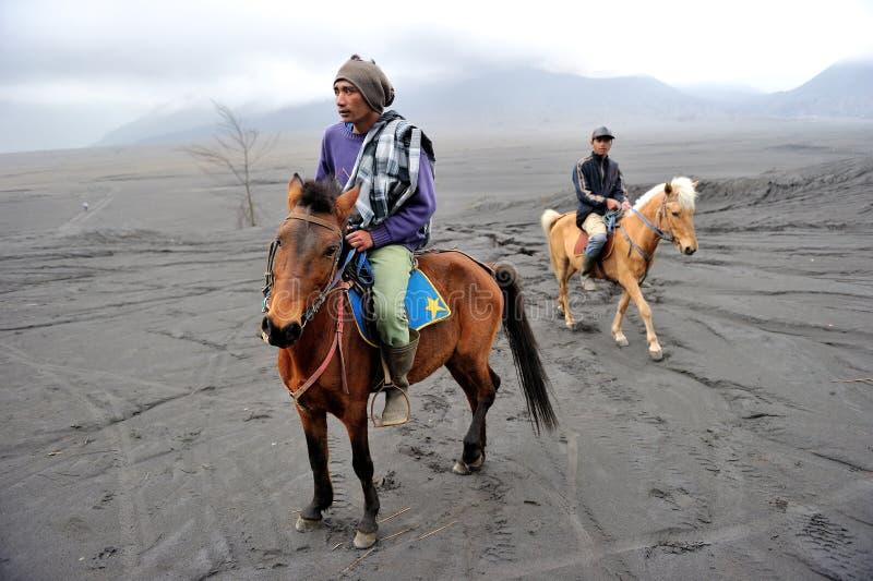 Cavaliers de cheval au bâti Bromo photos stock