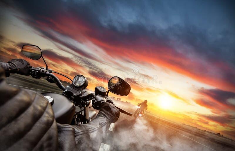 Cavaliers de motocyclette conduisant vers le panorama de paysage urbain photographie stock