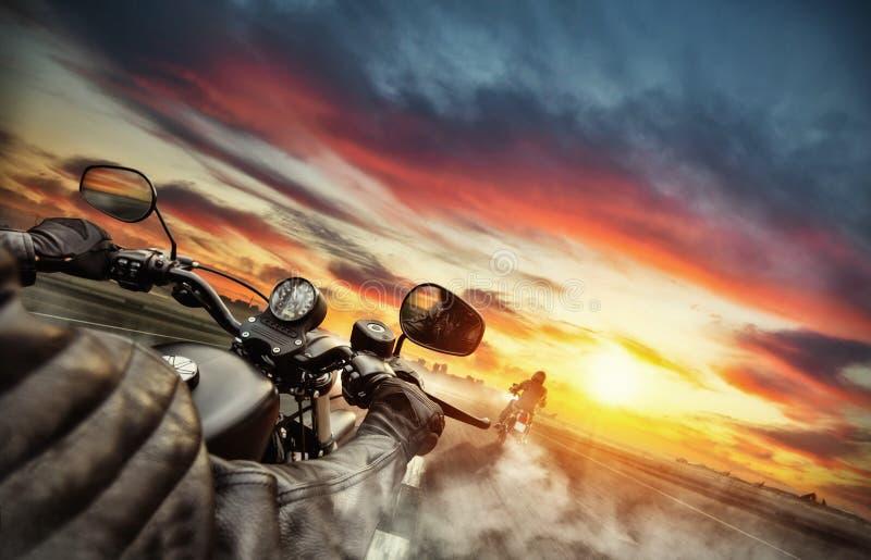 Cavaliers de motocyclette conduisant vers le panorama de paysage urbain images libres de droits