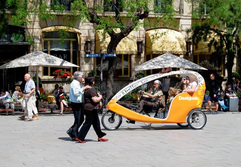Cavaliers de touristes Barcelone de cabine de vélo de Velo photos libres de droits