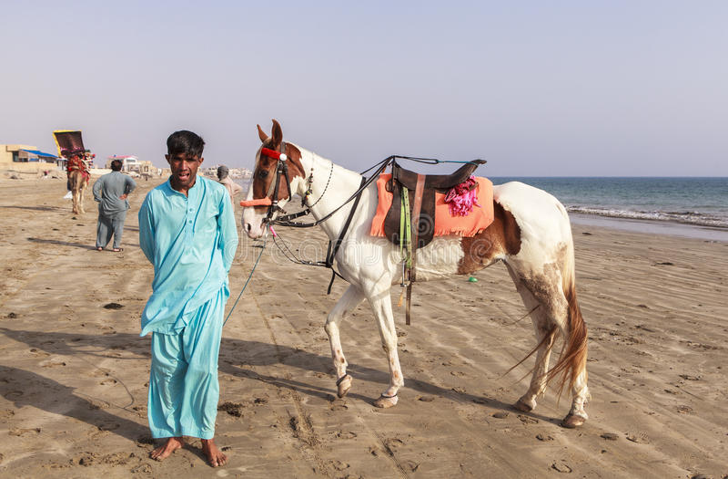 Cavaliers en plage de Karachi, Pakistan photos stock
