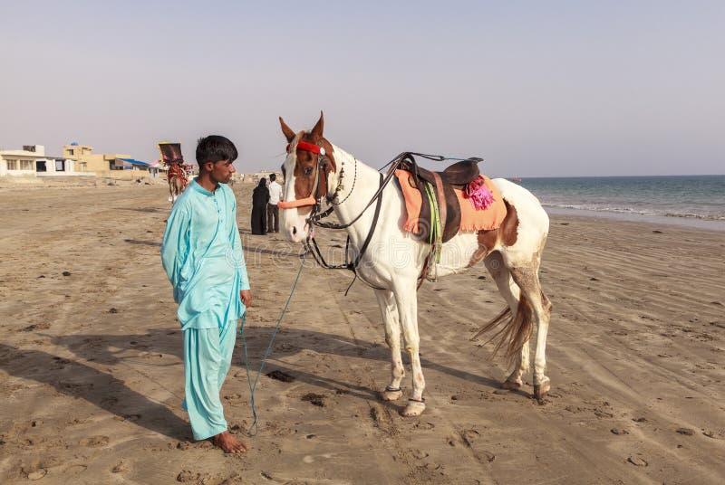 Cavaliers en plage de Karachi, Pakistan images libres de droits