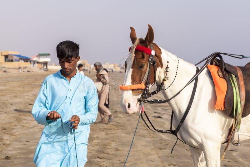 Cavaliers en plage de Karachi, Pakistan images stock