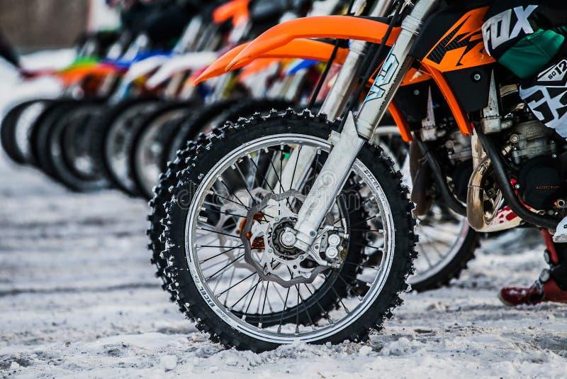 Cavaliers et roues des motos sur la ligne de départ photos stock