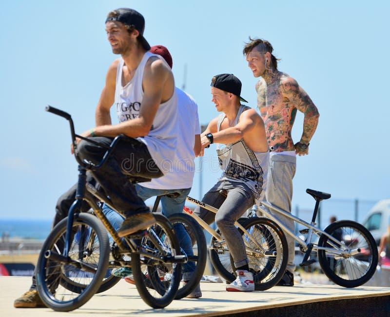 Cavaliers professionnels à la concurrence de terre plate de BMX (motocross de bicyclette) photos libres de droits