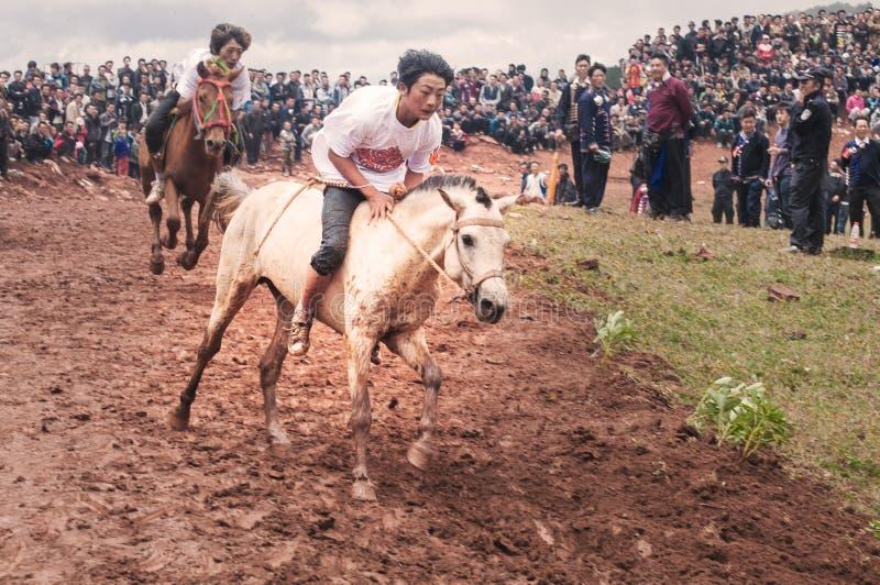 Cavallerizzo bello nella corsa di cavalli immagini stock libere da diritti