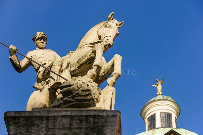 Cavallerizzo che uccide un drago. Poznan. La Polonia fotografie stock libere da diritti