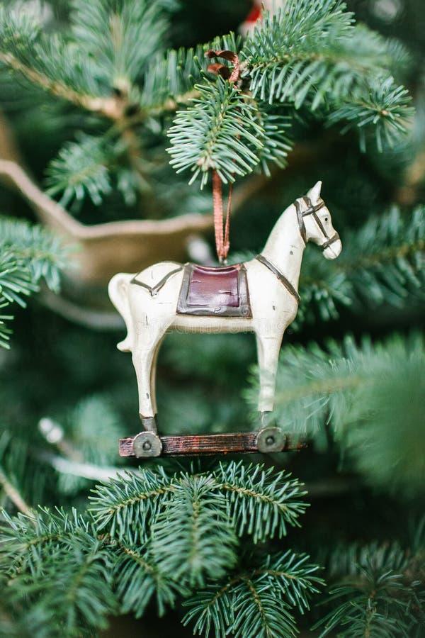 Cavallo antiquato del giocattolo sull'albero di Natale fotografie stock libere da diritti