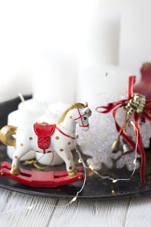 Cavallo bianco d'oscillazione del giocattolo cavallo di legno - decorazione di Natale - b fotografie stock