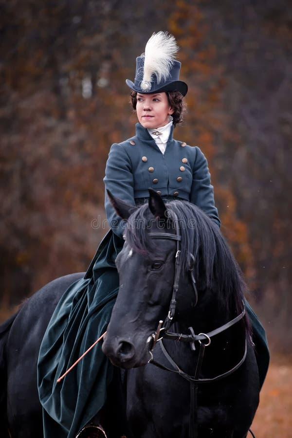 Cavallo-caccia con le signore nell'abitudine di guida immagine stock