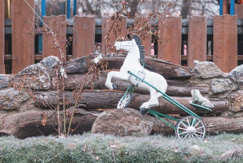 Cavallo del giocattolo nel parco immagini stock libere da diritti