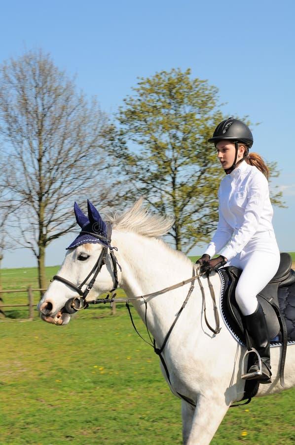 Cavallo di guida dell'adolescente fotografia stock