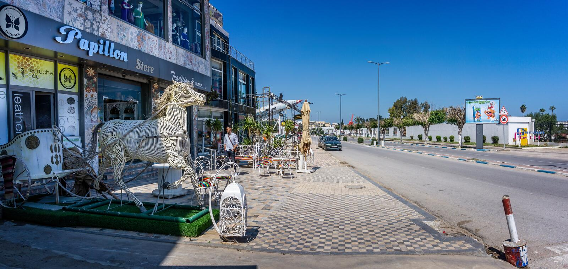 Cavallo e biga di Whicker sulla strada principale con il EL Kantaoui del porto in Tunisia fotografie stock