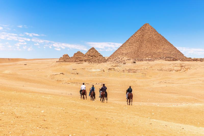 A cavallo guida vicino alle piramidi grandi, Giza, Egitto fotografie stock