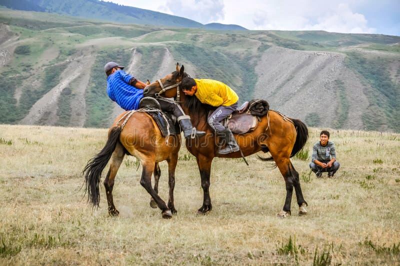 A cavallo lottando nel Kirghizistan immagini stock