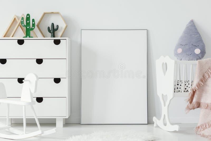 Cavalo branco do berço e de balanço em wi interiores da sala brilhante do ` s do bebê imagem de stock