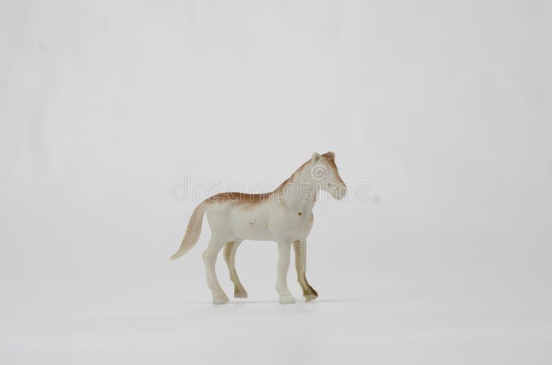Cavalo branco plástico no fundo branco fotos de stock royalty free