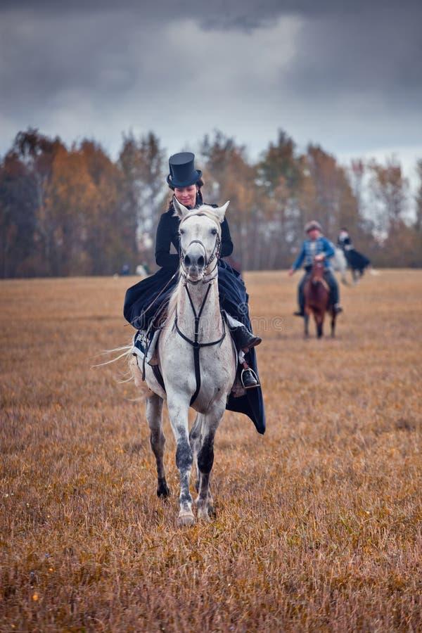 Cavalo-caça com as senhoras no hábito de equitação imagens de stock royalty free