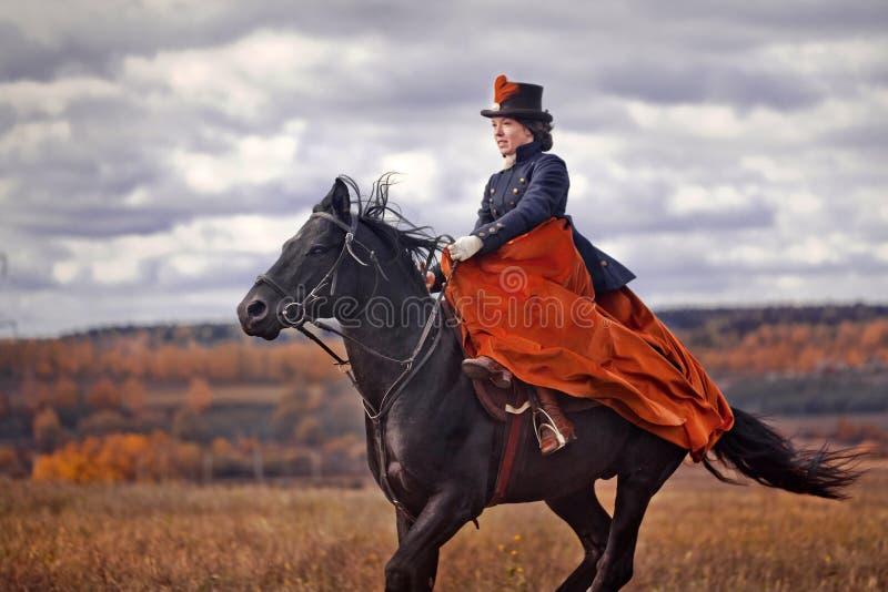 Cavalo-caça com cavaleiros no hábito de equitação foto de stock royalty free