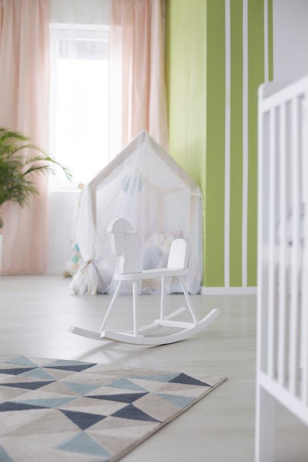 Cavalo de balanço na sala do bebê imagem de stock royalty free