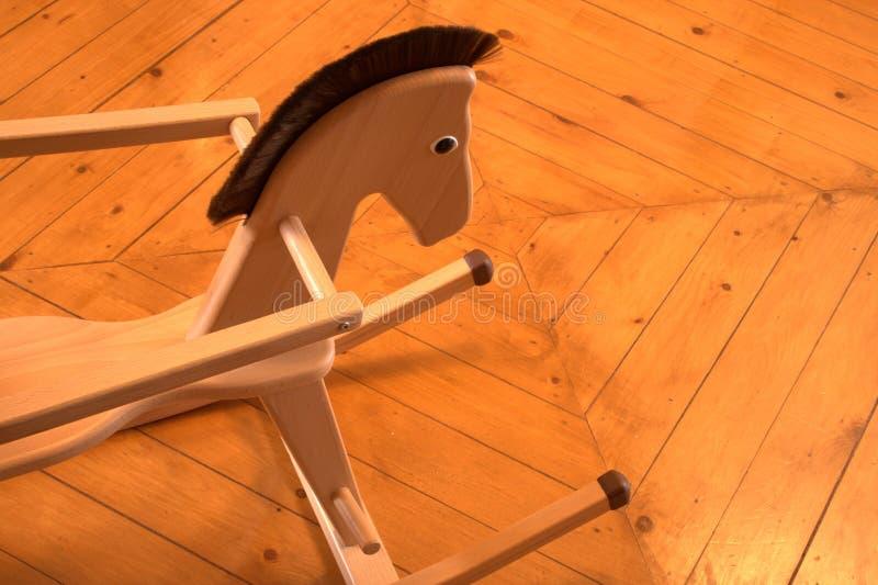 Cavalo de balanço no assoalho de madeira imagens de stock royalty free