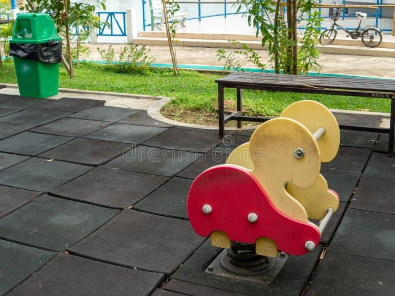 cavalo de balanço Tartaruga-dado forma da mola no campo de jogos da lagoa foto de stock