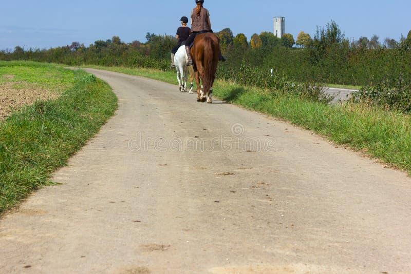 cavalo de equitação de duas senhoras em um dia ensolarado de setembro imagem de stock royalty free