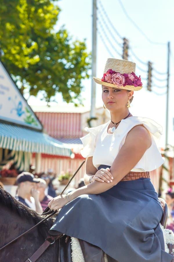 Cavalo de equitação romântico bonito da jovem mulher fotos de stock