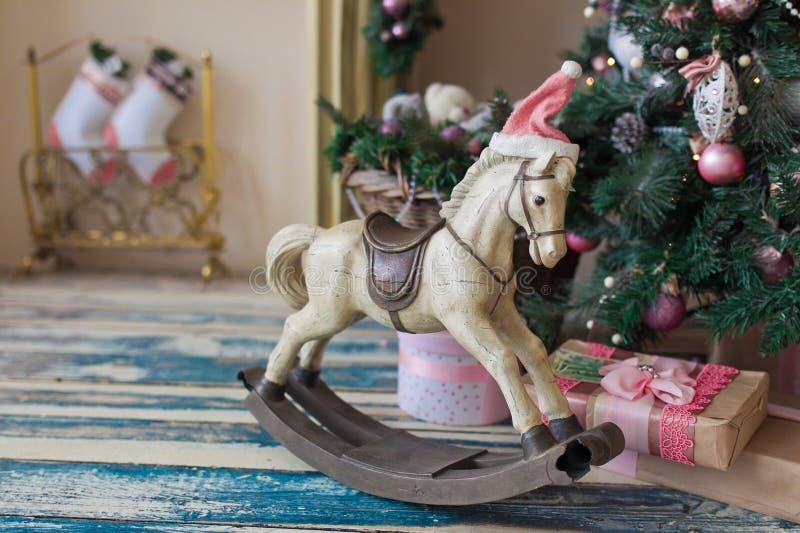 Cavalo de madeira do brinquedo do Natal imagens de stock