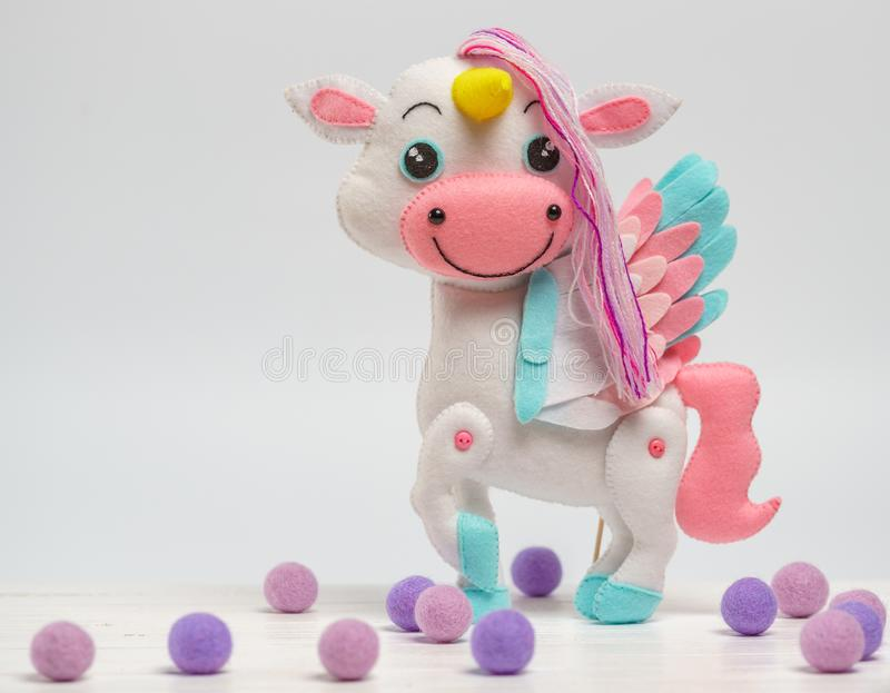 Cavalo do brinquedo do ` s das crianças feito do feltro em um fundo branco fotografia de stock