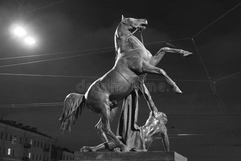 Cavalo e homem caído noite a composição escultural imagem de stock