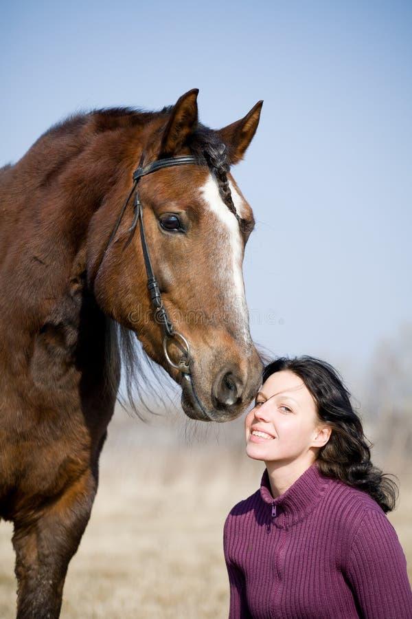 Cavalo e mulher exteriores foto de stock royalty free