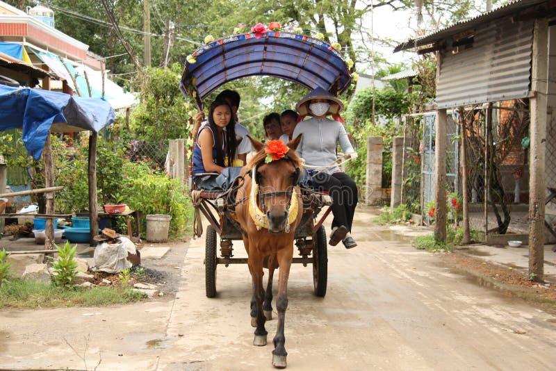 Cavalo e povos em um carro na vila de Vietname imagem de stock royalty free