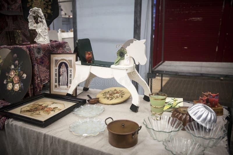 Cavalo e utensílios de balanço em uma feira da ladra em Londres fotografia de stock royalty free