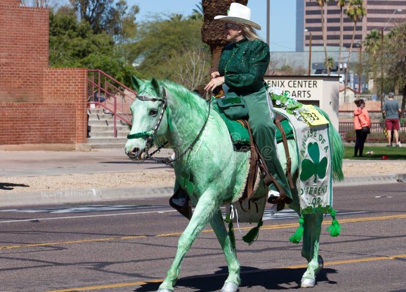 Cavalo verde na parada do dia do ` s de St Patrick do irlandês imagens de stock royalty free