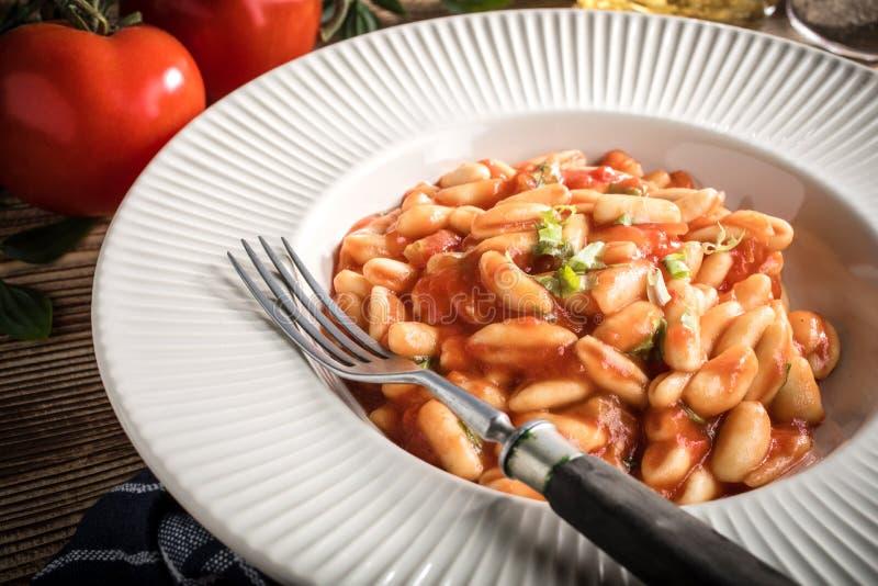 Cavatelli pasta med färsk tomatsås arkivbilder