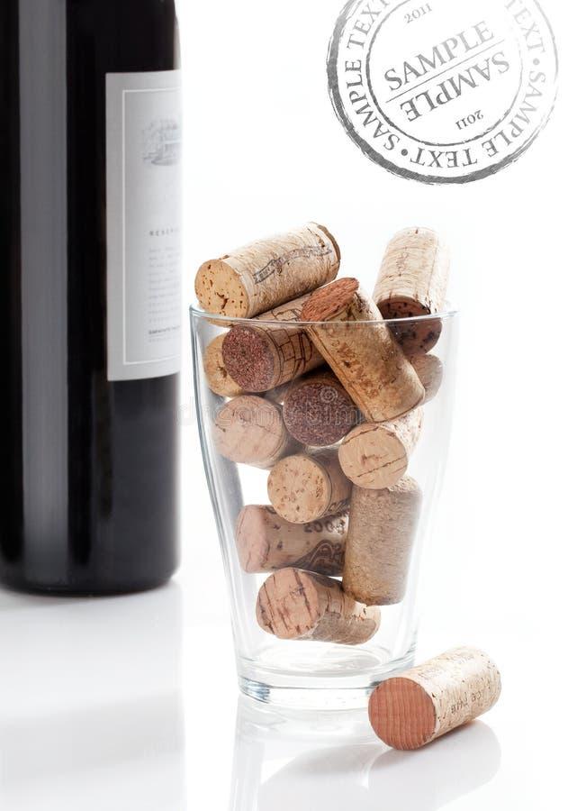 Cavaturaccioli & bottiglia di vino fotografia stock libera da diritti