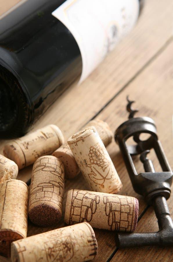 Cavaturaccioli & bottiglia di vino immagini stock libere da diritti
