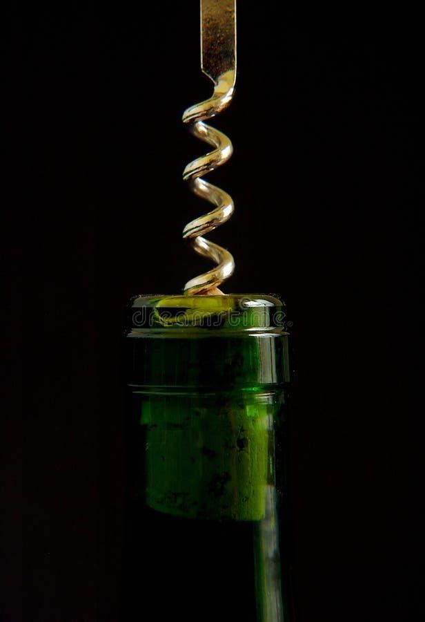 Cavaturaccioli nella parte superiore della bottiglia di vino fotografie stock